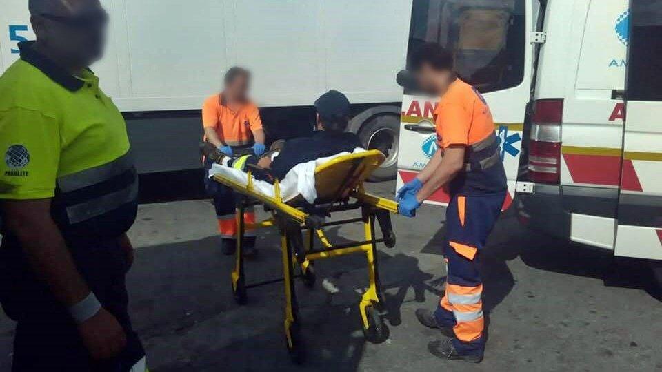 Uno de los camioneros ha sido evacuado en ambulancia.